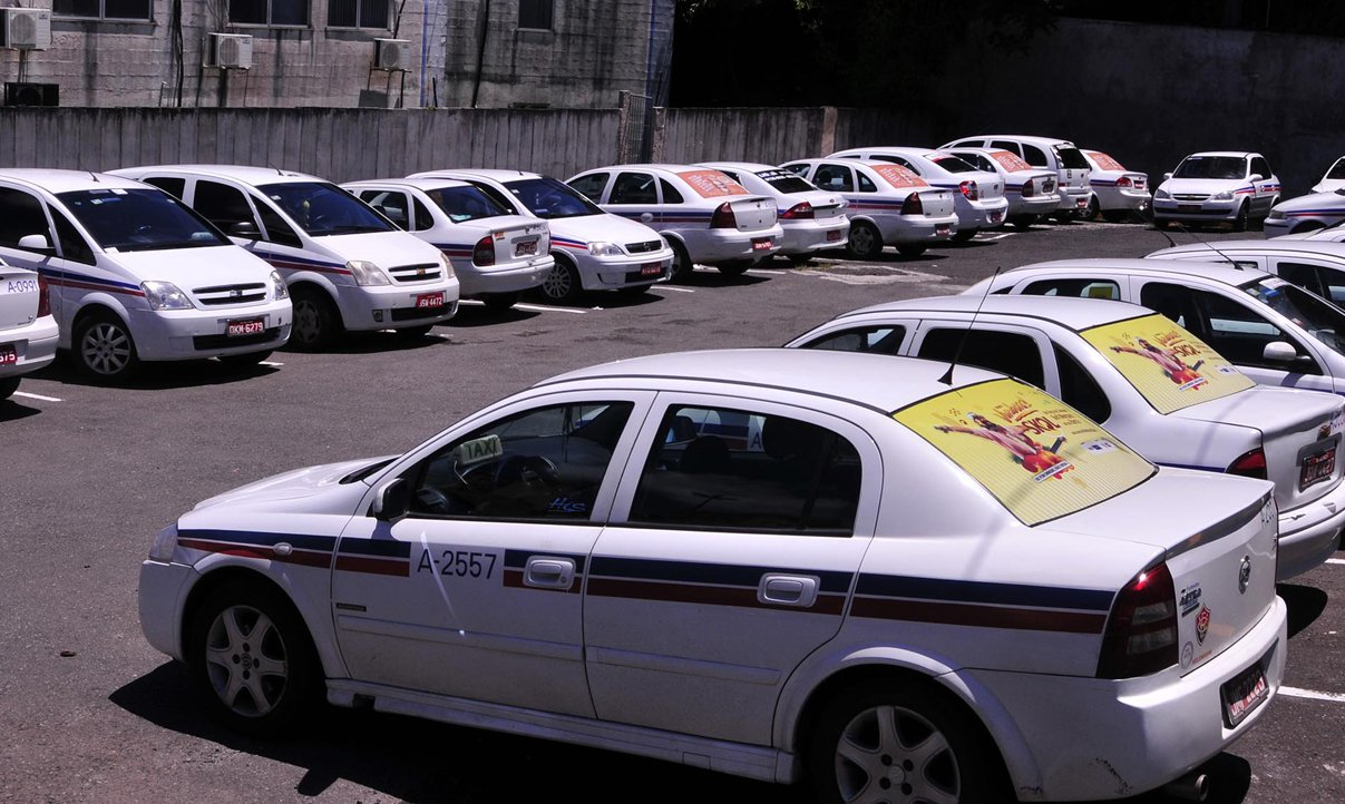 Motoristas que tiveram seus carros removidos pela Transalvador no Carnaval – por estacionamento irregular ou por terem sido flagrados dirigindo após consumo de álcool – puderam resgatá-los na Gerência de Trânsito (GTran) durante toda a folia momesca; até esta quarta-feira (5), 622 dos 1.045 veículos removidos já haviam sido resgatados; 72 táxis também foram recolhidos por irregularidades na prestação do serviço