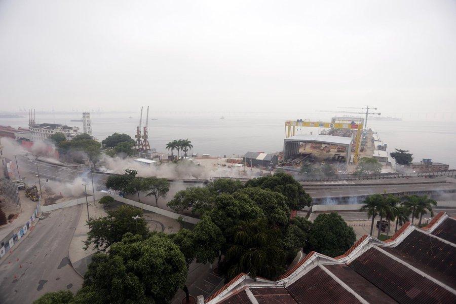 Um novo trecho do Elevado da Perimetral, na Zona Portuária do Rio de Janeiro, foi implodido na manhã deste domingo (20). Para efetivar a demolição de 300 metros do viaduto, entre a Marinha e a Polícia Federal, na altura da Praça Mauá, foram empregados 250 quilos de explosivos; os cerca de 4 mil metros cúbicos de concreto foram implodidos em menos de três segundos; a implosão faz parte de um projeto de recuperação da área degradada da Zona Portuária; quando o projeto for concluído, um túnel substituirá a Perimetral e a Rodrigues Alves será transformada em uma via expressa