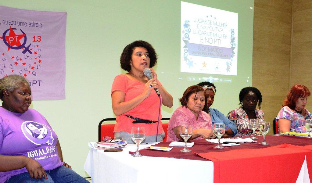 As mulheres militante do Partido dos Trabalhadores apontaram no encontro alusivo ao Dia Internacional da Mulher que foi a partir dos governos Lula e Dilma Rousseff que o Estado brasileiro passou a dar uma ênfase nas políticas públicas do segmento com a criação da Secretaria Especial de Políticas para as Mulheres (SPM), a reestruturação do Conselho Nacional dos Direitos da Mulheres e a elaboração do Plano Nacional de Políticas para o segmento; além das petistas o evento reuniu mulheres dirigentes e militantes das legendas da base de apoio do governo Dilma
