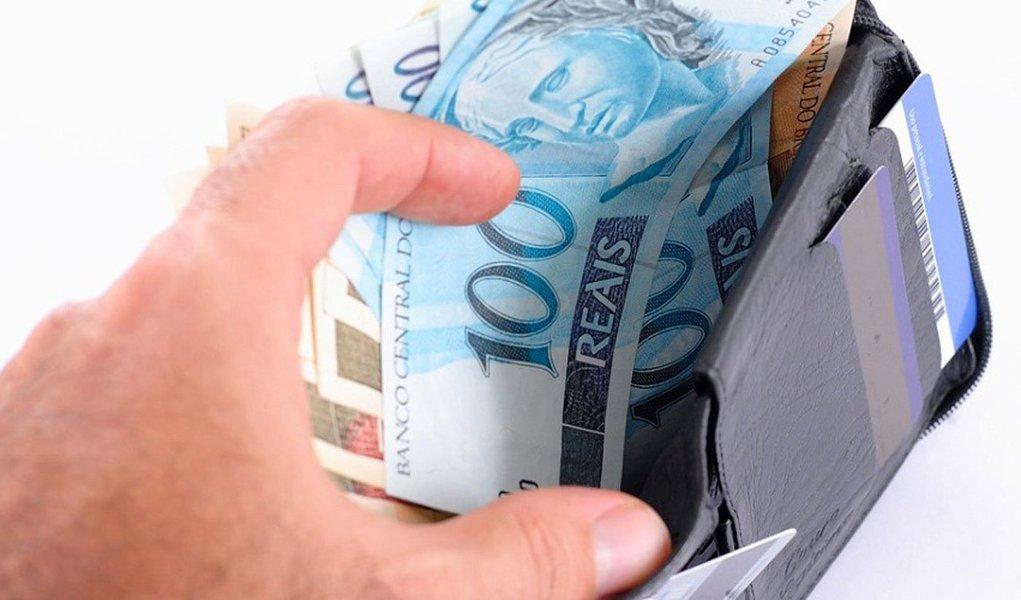 Com estimativa de crescimento da economia de 3% e inflação em 5% para o próximo ano, o governo encaminhou nesta terça-feira 15 ao Congresso o Projeto de Lei de Diretrizes Orçamentárias (LDO-2015); pelo projeto, o salário mínimo será reajustado em 7,71% e vai ficar em R$ 779,79 no ano que vem