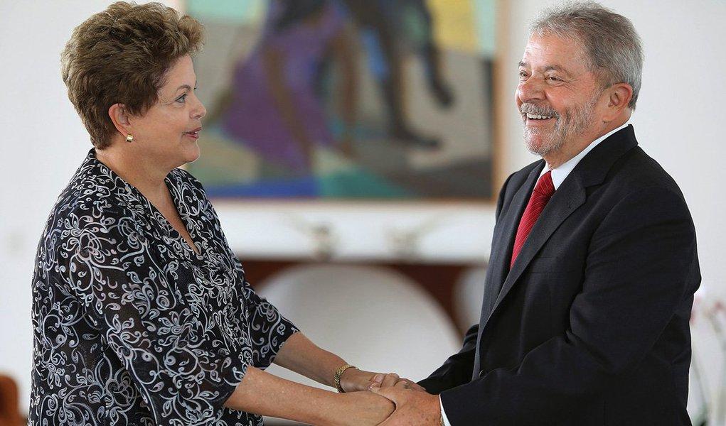 Ex-presidente pretende intensificar sua exposição nas redes sociais e em eventos estaduais do partido para continuar na linha de frente da campanha pela reeleição de Dilma Rousseff; objetivo é tentar desgastar os adversários Aécio Neves (PSDB) e Eduardo Campos (PSB) em debates, enquanto a presidente toca sua agenda oficial no Planalto