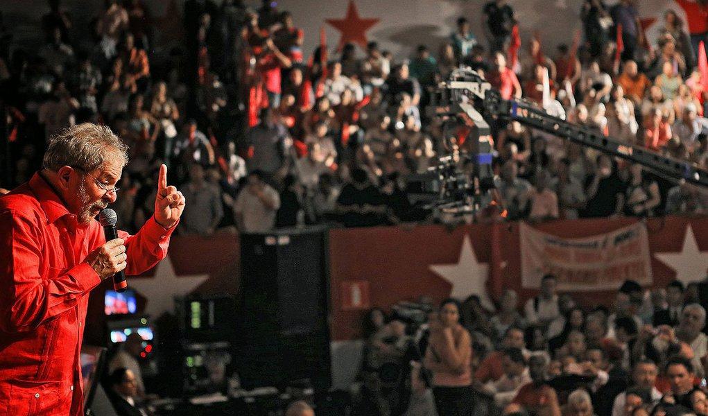 Ex-presidente Lula (PT) prepara o roteiro que fará pelo país a partir de maio, na corrida pela reeleição da presidente Dilma Rousseff e pela vitória em disputas estaduais; a cúpula petista trabalha para definir os Estados que receberão visitas do ex-presidente; são três prioridades: aqueles de maior peso eleitoral, redutos governados por petistas e onde há aliança pacificada com siglas da base; Lula não irá a Estadosonde houver aliança do PT com o PSDB, DEM ou PPS