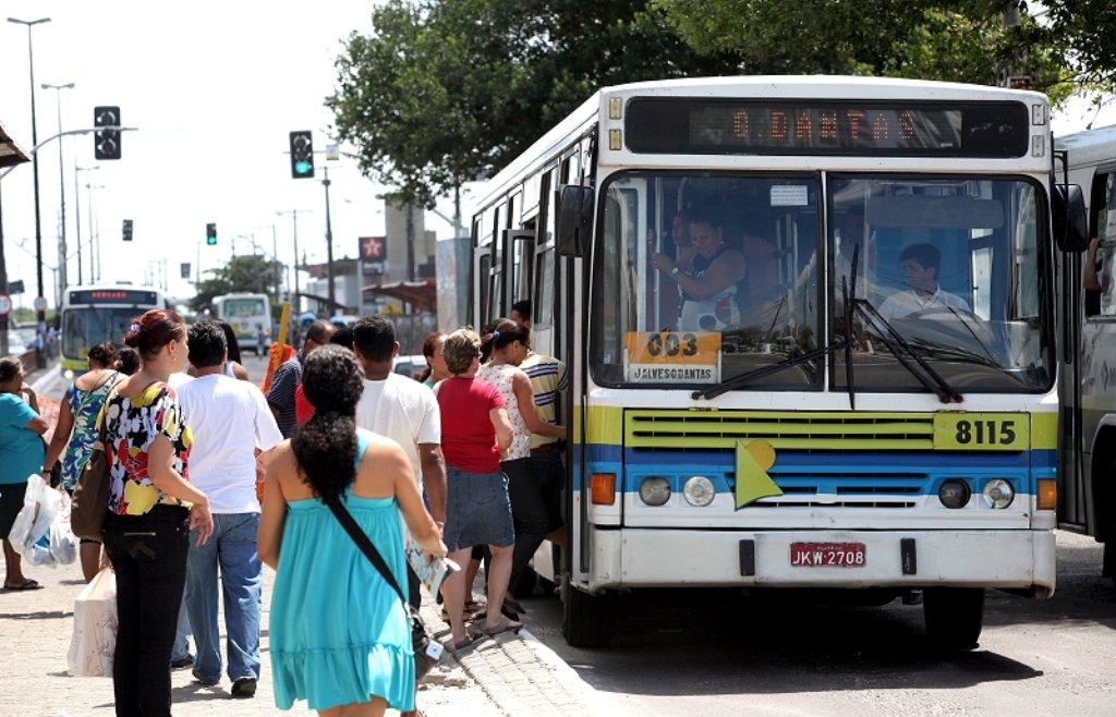 """Superintendente de Transporte e Trânsito da capital, Nelson Filipe, lembra que o último reajuste da tarifa se deu há sete meses e que não há sentido de discutir este assunto agora; empresas do transporte público querem um aumento de 15,7% no valor da tarifa dos ônibus (passando dos atuais R$ 2,35 para R$ 2,71); """"Essa proposta de reajustar a tarifa do transporte coletivo em Aracaju está fora da realidade. A inflação acumulada dos últimos 12 meses ficou em torno de 6% e as empresas querem 15,7%, isso em um período de apenas sete meses"""", afirmou"""