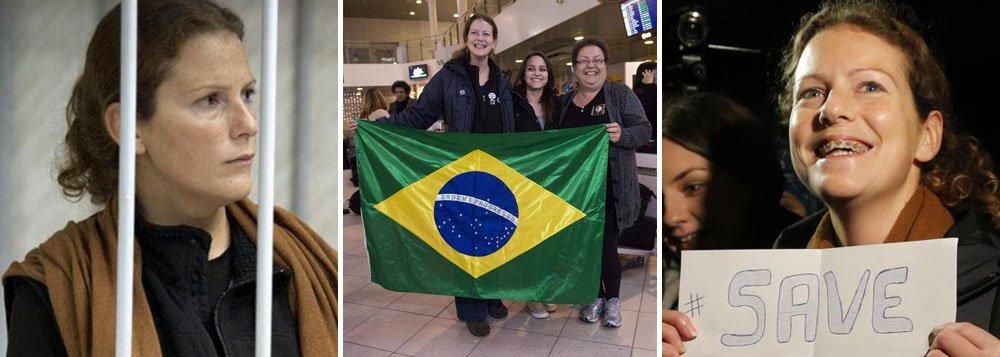 A ativista brasileira Ana Paula Maciel, que esteve presa na Rússia por cerca de dois meses, obteve visto de saída do país e poderá retornar ao Brasil; de acordo com a organização não governamental (ONG) Greenpeace, os demais 25 integrantes do grupo, de outras nacionalidades, que também estavam detidos, receberam a autorização do Serviço Federal de Imigração russo para deixar o país