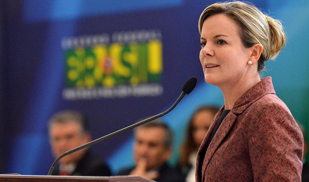 Ministra-chefe da Casa Civil deve se dedicar à corrida pelo Estado do Paraná a partir do dia 13 de janeiro; segundo o porta-voz de sua campanha, o deputado federal André Vargas (PT), a entrada do senador Roberto Requião (PMDB) na disputa pode até tirar o governador Beto Richa (PSDB) do segundo turno