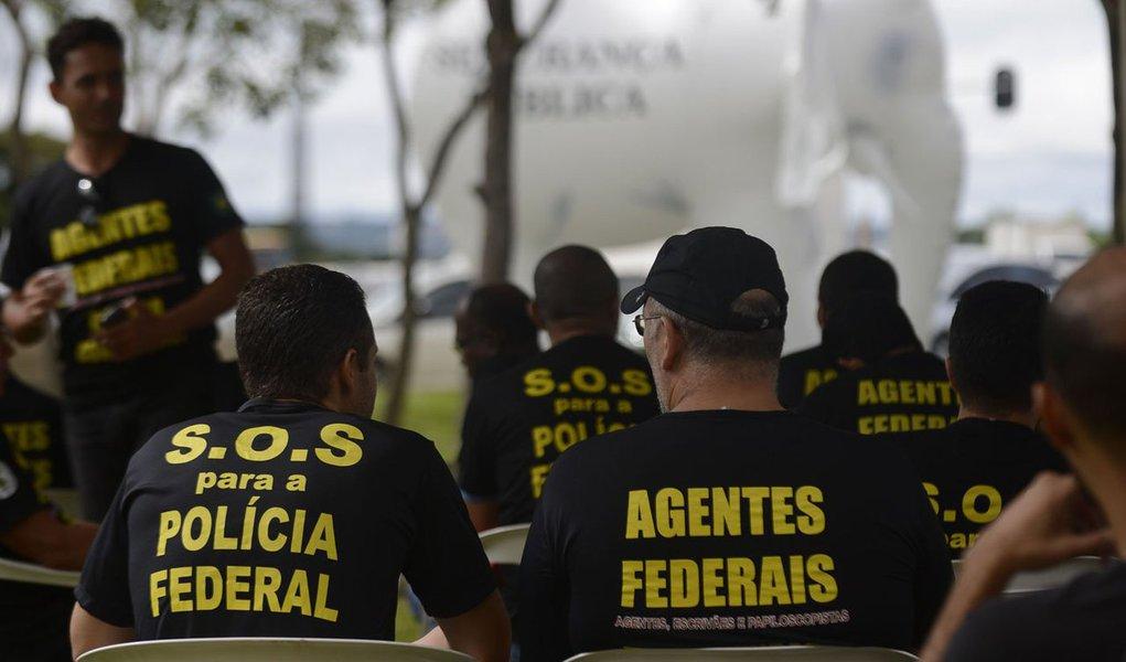 A categoria exige reestruturação de carreira, através do reconhecimento dos cargos de nível superior na corporação; de acordo com o Sindicato dos Policiais Federais no Estado do Paraná (Sinpef-PR), 80% do efetivo deve aderir à paralisação em Curitiba; a paralisação deve durar 24 horas