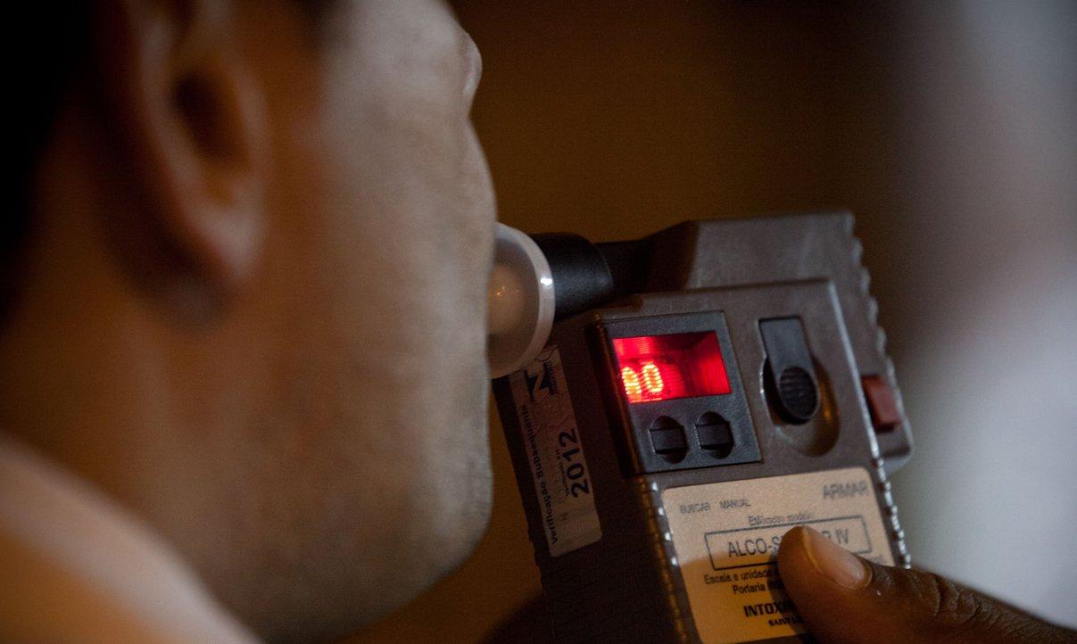 A Superintendência de Trânsito e Transporte (Transalvador) informa que abordou 26.842 condutores em blitzes para fiscalizar a Lei Seca, número 1.676% maior do que o registrado em 2012, quando foram 1.601 motoristas; em 2013 foram autuados 2.938 com base na legislação que pune quem bebe ao volante, sendo que 2.369 se recusaram a soprar o bafômetro, 95 cometeram crime de trânsito, consumindo mais de 0,30 mg de álcool por litro de ar expelido, e o restante, 490, ingeriu até 0,29 mg/L