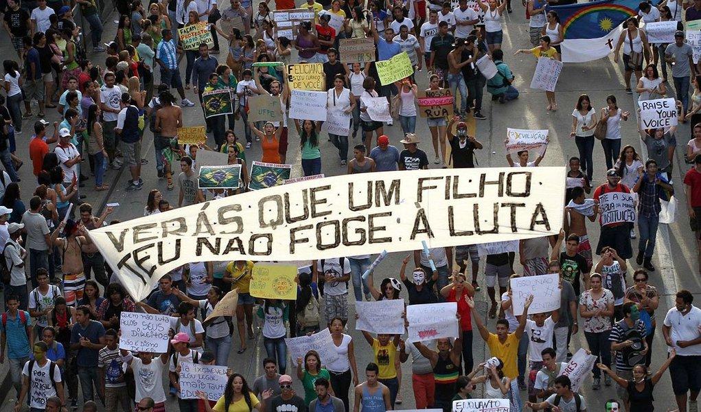 Índice de apoio às manifestações pelo país atingiu nível mais baixo desde os primeiros atos que mobilizaram um milhão de brasileiros às ruas: 42% são contra os protestos – percentual era de 15% em junho do ano passado; em relação aos protestos contra a Copa do Mundo, apenas 32% são a favor, enquanto 63% são contra