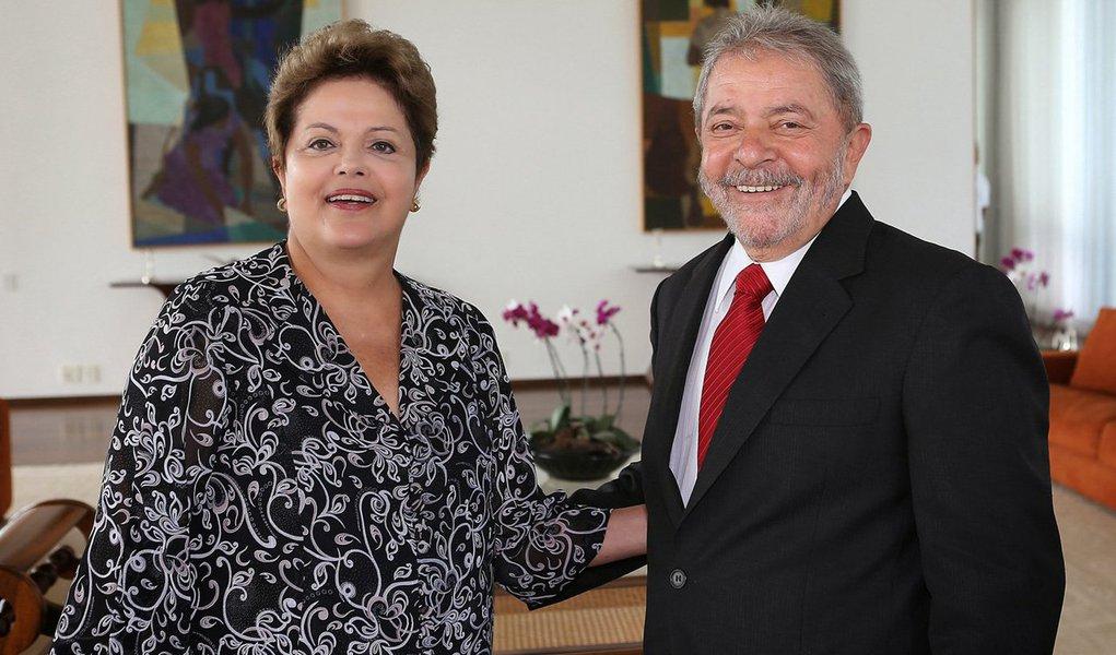 Ex-presidente reaparece com a famosa e velha barba, agora branca, em Brasília; gesto levanta especulações de que ele está sim de olho em participar da eleição de outubro, como candidato a presidente; quem perguntar a ele, porém, terá ainda a mesma resposta dos últimos tempos: 'minha candidata é a Dilminha'; ao lado de Lula, presidente não passou recibo e foi só sorrisos, antes de discutir com o antecessor a reforma ministerial; mas a cada novo centímetro de crescimento da barba, novas conjecturas e intrigas tendem a nascer