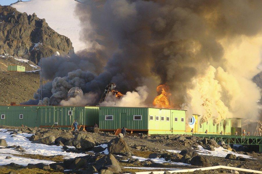 Base brasileira na Antártica, destruída em um incêndio em fevereiro de 2012, tinha previsão inicial de inauguração do novo complexo em 2015