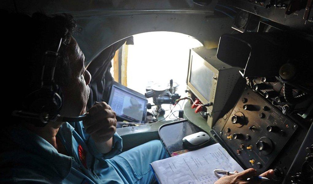 Informação é de autoridades da Malásia; declaração justifica expansão de áreas de busca da aeronave para ambos os lados da península asiática