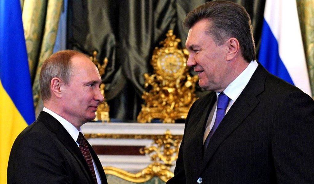 Presidente Vladimir Putin ofereceu US$ 15 bilhões a Viktor Yanukovich, juntamente com um grande corte nos preços pagos por Kiev pelo fornecimento do gás russo, em uma tentativa de convencer o vizinho eslavo a participar de uma união aduaneira de ex-repúblicas soviéticas e afastá-lo da União Europeia