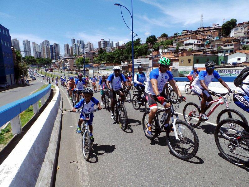 Mais de 600 ciclistas participaram neste domingo do passeio ciclístico organizado pela Prefeitura com a bandeira do fim da violência contra as mulheres; percurso começou no Dique do Tororó e passou pela Avenida Centenário, Barra, Ondina, Rio Vermelho e Quartel de Amaralina, retornando pela Avenida Vasco da Gama, num total de 16 quilômetros de pedalada