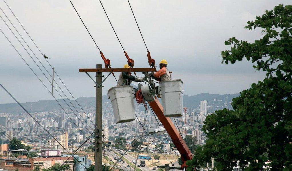 A Companhia Energética de Minas Gerais (Cemig) está investindo R$ 527 milhões em melhorias do sistema elétrico da Grande Belo Horizonte visando garantir o fornecimento de energia elétrica para a Copa do Mundo;Duas subestações – Jaboticatubas e Santa Luzia 4 – já estão prontas, agregando ao sistema elétrico da Cemig 65 MVA de potência instalada, suficiente para abastecer uma cidade de porte médio como Barbacena (MG)