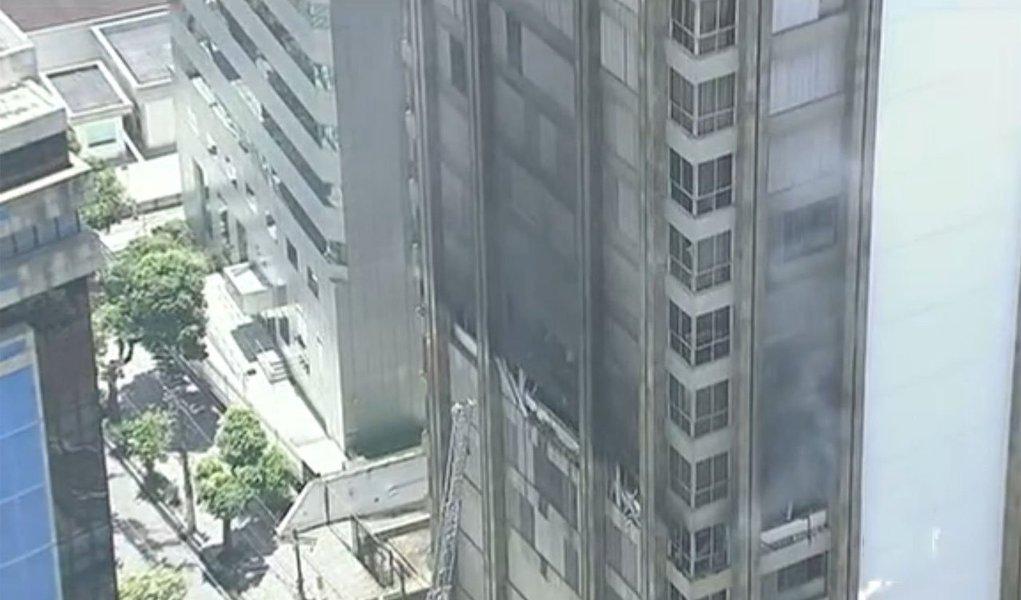 Fogo começou por volta das 9h desta quarta-feira e já foi controlado pelo Corpo de Bombeiros;incêndio chegou ao gabinete do prefeito e do vice, no 6º andar, mas ainda não é possível avaliar os danos. O fogo também se alastrou pelo 5º e 7º andares
