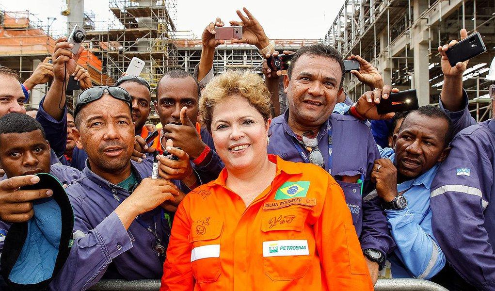 """Um dia depois de ter recebido críticas severas do adversário tucano Aécio Neves, especialmente na área da economia, presidente ressalta, confiante: """"Não há nada hoje que o Brasil não possa assegurar""""; em entrevista a rádios de Pernambuco, onde anunciou ontem R$ 1,9 bilhão para a mobilidade urbana, visitou as obras da Refinaria Abreu e Lima e inaugurou a plataforma P-62, em Ipojuca, Dilma Rousseff criticou ainda o oportunismo da oposição, uma vez que as 12 propostas anunciadas por Aécio nesta terça-feira incluem o programa Mais Médicos e o Bolsa Família;""""Agora que o programa está dando certo é óbvio que vão apoiar"""", disse Dilma; segundo o presidenciável do PSDB, o governo petista colocou em risco conquistas de dez anos atrás e hoje o País """"está no final da fila"""""""