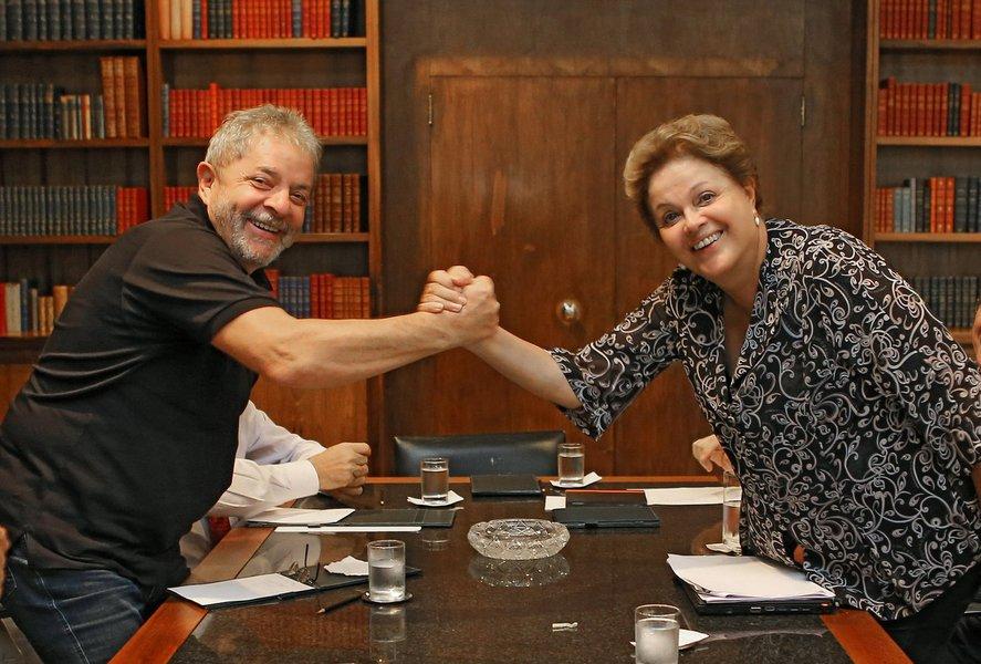 Presidente avalia convidar o antecessor para coordenar formalmente sua campanha à reeleição, ideia que é vista com bons olhos pelos membros da equipe; plano visa tentar abafar o 'Volta, Lula' e deixar claro o papel do ex-presidente no esforço para reeleger Dilma; tema pode ser discutido já nesta sexta-feira 2, em reunião que Dilma e Lula farão antes do Encontro Nacional do PT; ex-presidente tem dito em entrevistas que será o cabo eleitoral da candidata do PT e sairá às ruas para reelegê-la