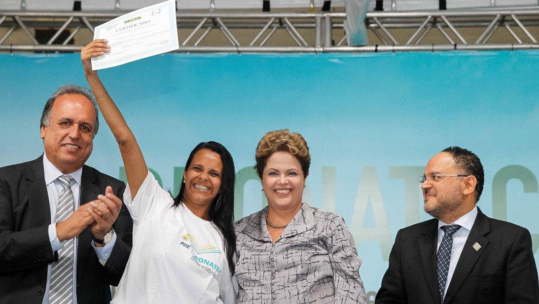 """Durante formatura do Pronatec em São Gonçalo, no Rio,presidente Dilma Rousseff afirmou que vai transformar o Programa em política pública de Estado; """"Nenhum país em nenhum lugar do mundo é desenvolvido sem educação técnica de qualidade e capacitação profissional"""", ressaltou; ela participou do evento ao lado do governador Luiz Fernando Pezão"""