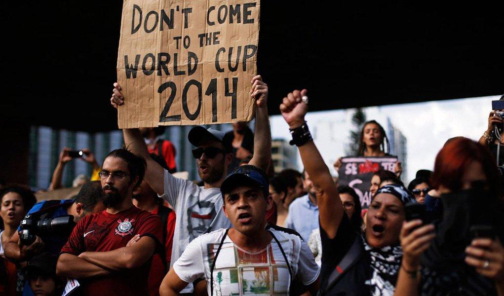 Cerca de 300 manifestantes se reuniram na noite desta terça (15) no vão livre do Masp, na avenida Paulista, no centro de São Paulo, para mais um ato anti-Copa; por volta das 18h50, algumas pessoas incendiaram uma bandeira do Brasil; manifestantes fecharam uma das vias da avenida Paulista; black blocs participam do ato