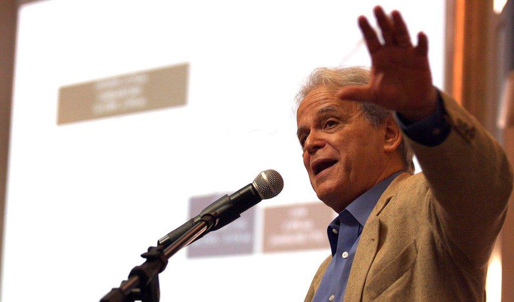 """Luiz Carlos Mendonça Barros, ex-presidente do BNDES e diretor da Quest Investimentos, diz que PIB de 2013 não surpreendeu porque nunca comprou a teoria de que o """"país caminha à beira do precipício"""", compartilhada por analistas que """"substituíram o cérebro pelo fígado""""; elediz que a economia brasileira é forte, no entanto, acredita que a dinâmica atual é de PIB abaixo de 1,9%: """"A reversão virá com o próximo presidente e um programa crível baseado no investimento privado"""""""