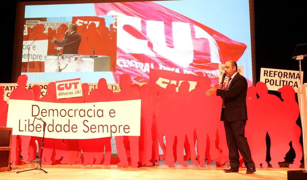 """Presidente da entidade, Vagner Freitas, diz que o evento vai beneficiar os trabalhadores e os protestos contra o Mundial são """"eleitoreiros"""", """"manipulados pela oposição e pela direita elitista que não se conforma com o fato de o governo Lula ter conseguido trazer os eventos para o Brasil"""""""
