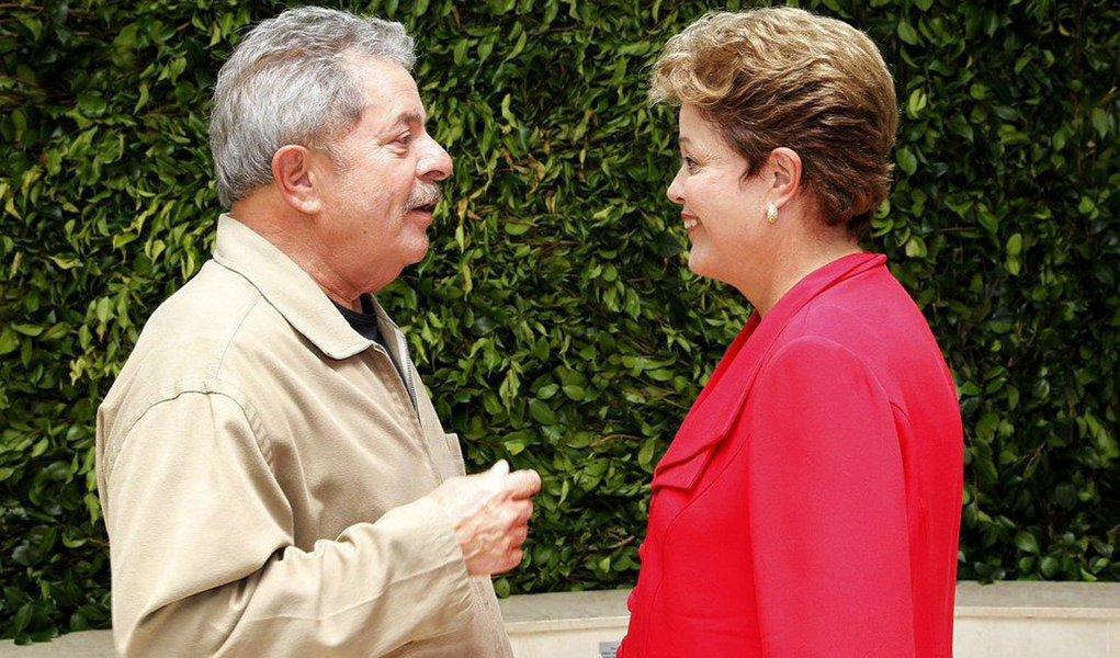 """""""Olha, na outra eleição, quem não te conhecia, quem tinha dúvida de votar em você, eu dizia 'pode confiar, pode votar que eu confio'. Agora, quatro anos depois, você é conhecida, você é quem vai ter que convencer as pessoas a votar em você. E você é quem vai ter que defender o governo. Depois sou eu e depois é o PT"""", disse o ex-presidente Lula; ele orientou Dilma a aproveitar a pré-campanha para sair às ruas, inaugurar obras e conversar muito com a população"""