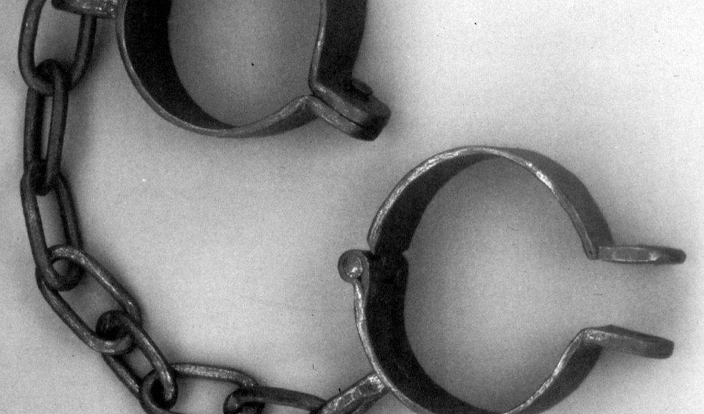 A brasileira Natalice Lago Reis e o italiano Agostino Meneghini tiveram prisão preventiva decretada após denúncia do Ministério Público Federal na Bahia (MPF-BA) pelos crimes de tortura, ameaça, redução à condição análoga de escravo e frustração de direito assegurado por lei trabalhista;a vítima foi uma jovem baiana, que prestou serviços ao casal como empregada doméstica em Verona, na Itália, entre 2009 e 2010