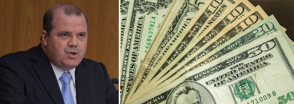O dólar interrompeu série de seis altas e fechou em queda ante o real, após o Banco Central, comandado por Alexandre Tombini, endurecer sua postura; a moeda norte-americana fechou em R$ 2,39 e o mercado já projeta novas quedas
