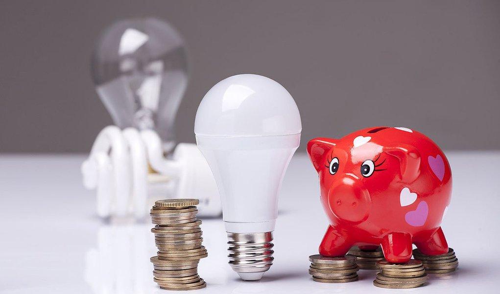 O reajuste na conta de energia no Distrito Federal passou a valer a partir desta segunda-feira (26); agora, a população passará a pagar 5,75% mais caro