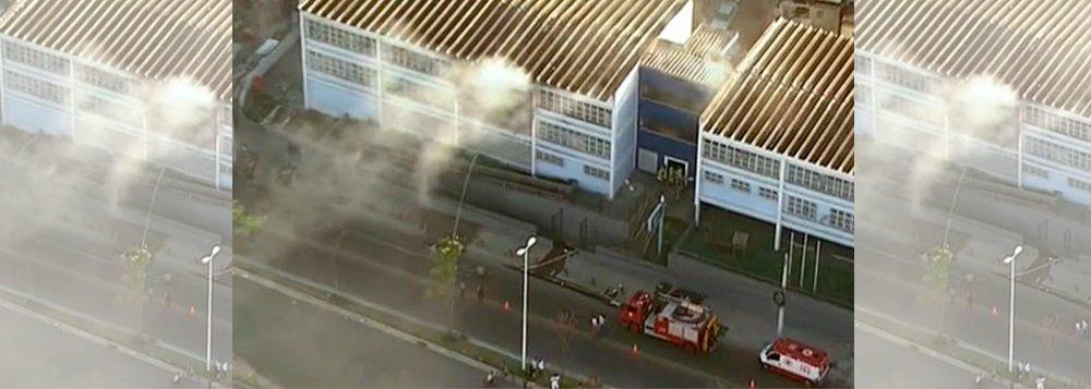 Um incêndio na escola municipal de Manguinhos, no Subúrbio do Rio, mobilizou bombeiros dos quartéis de Benfica e Vila Isabel; na manhã desta terça-feira (07/01), o fogo tomou conta das salas de pelo menos dois andares