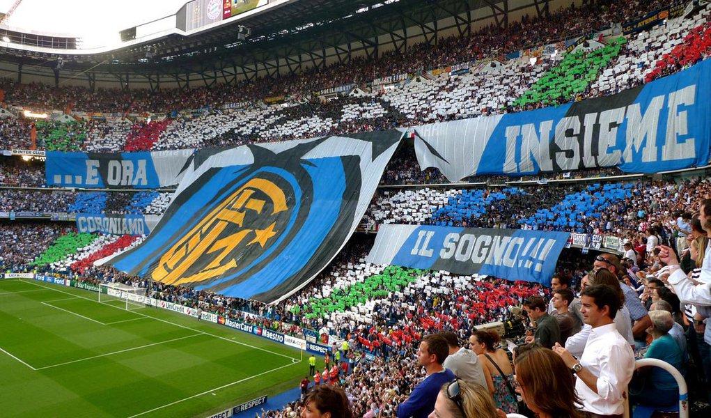 Clubes italianos foram multados em 50.000 euros cada e obrigados a fechar parte de seus estádios por um jogo, depois que seus torcedores foram considerados culpados por emitir cânticos racistas ou discriminatórios