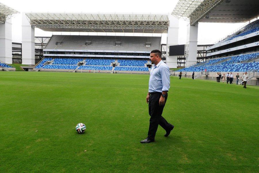 """Integrante do Comitê Organizador Local (COL) da Copa do Mundo, o ex-jogador Ronaldo disse que as críticas feitas pela Fifa ao Brasil por não ter cumprido prazos são justas, já que o país concordou com todas as exigências da entidade quando aceitou ser sede da competição, em 2007; """"De repente chega aqui e é essa burocracia toda, uma confusão, um disse me disse, são os atrasos. É uma pena. Eu me sinto envergonhado, porque é o meu país, o país que eu amo, e a gente não podia estar passando essa imagem para fora"""", afirmou; """"Os estádios, de uma maneira ou outra, vão estar prontos. Agora, o legado que fica para a população mesmo – as obras de infraestrutura, de mobilidade urbana, aeroportos – é uma pena que tenham atrasado tanto"""", disse"""