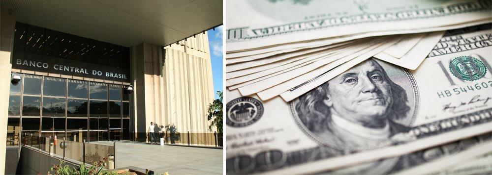 Banco Central fará ofertas diárias de swaps cambiais (venda de dólares no mercado futuro) no valor de US$ 500 milhões, até o fim do ano, para conter a valorização da moeda norte-americana, que ultrapassou a cotação de R$ 2,45 na véspera; instituição também vai fazer, uma vez por semana, leilões de venda direta de dólares das reservas, com compromisso de recompra futura; essas operações serão na faixa de US$ 1 bilhão