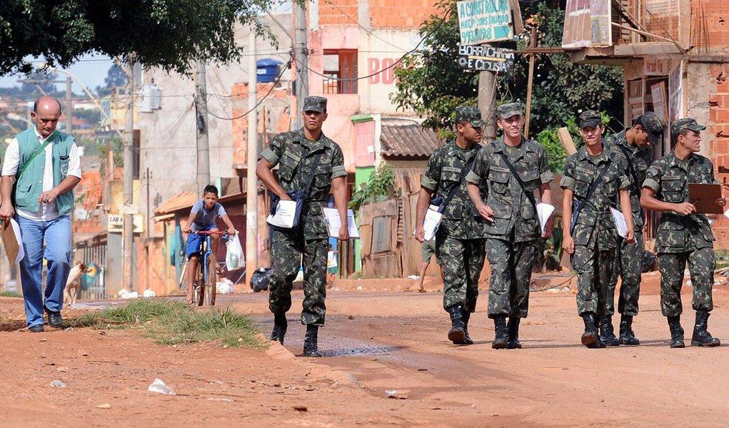O combate à dengue no Distrito Federal ganhou o apoio das Forças Armadas; até o dia 28 de fevereiro, 20 militares do Exército Brasileiro, 11 da Aeronáutica e 15 da Marinha irão de porta em porta para intensificar os trabalhos de prevenção à doença