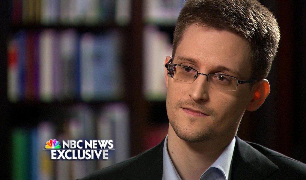 """""""A Constituição dos EUA foi violada em uma enorme escala. Se isso não tivesse ocorrido, se o governo não tivesse ido tão longe, não estaríamos numa situação em que o vazamento fosse necessário"""", disse o ex-técnico da NSA (Agência de Segurança Nacional dos EUA) Edward Snowden, em sua primeira aparição na TV americana, na rede NBC"""