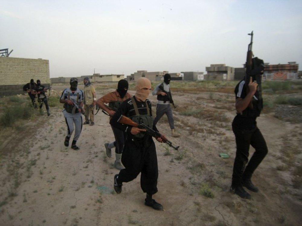 Homens armados ocuparam uma universidade na província iraquiana de Anbar neste sábado (7), fazendo centenas de estudantes e seus professores reféns no campus, disseram fontes de segurança, no terceiro ataque nesta semana de militantes que devastaram duas outras cidades; depois de passarem por guardas durante a noite, os homens armados invadiram a Universidade de Anbar, em Ramadi, que havia tido partes tomadas por tribos contrárias ao governo e insurgentes desde o início do ano