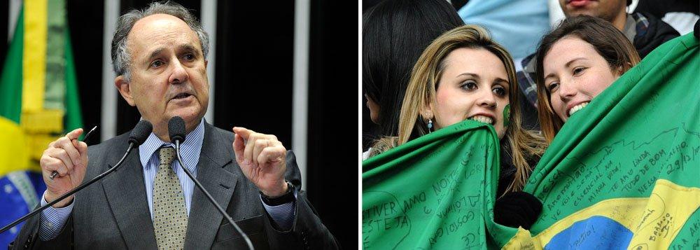 """O senador Cristovam Buarque (PDT-DF) afirmou que os brasileiros deveriam estar, em vez do futebol, mais preocupados com os grandes problemas da atualidade, como por exemplo, os serviços deficientes de saúde e educação; """"E nós, a população, os eleitores estamos muito mais preocupados com a Copa do Mundo do que com as eleições presidenciais. Isso é uma tragédia"""", disse"""