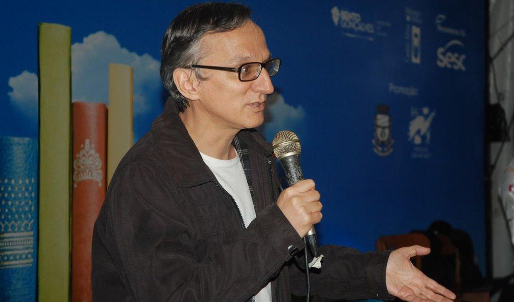 """Autor do best-seller """"Getúlio"""", o jornalista Juremir Machado da Silva apresenta sua nova obra: """"1964 – Golpe Midiático-Civil-Militar""""; escritor afirma que o golpe não teria ocorrido sem os meios de comunicação; """"Todas as rádios, jornais como a Folha, O Globo, Tribuna da Imprensa, Estado de Minas e Diários Associados, e a (incipiente) TV contribuíram ativa e apaixonadamente para o golpe"""", diz Machado,em entrevista ao blog Café na Política; assista"""