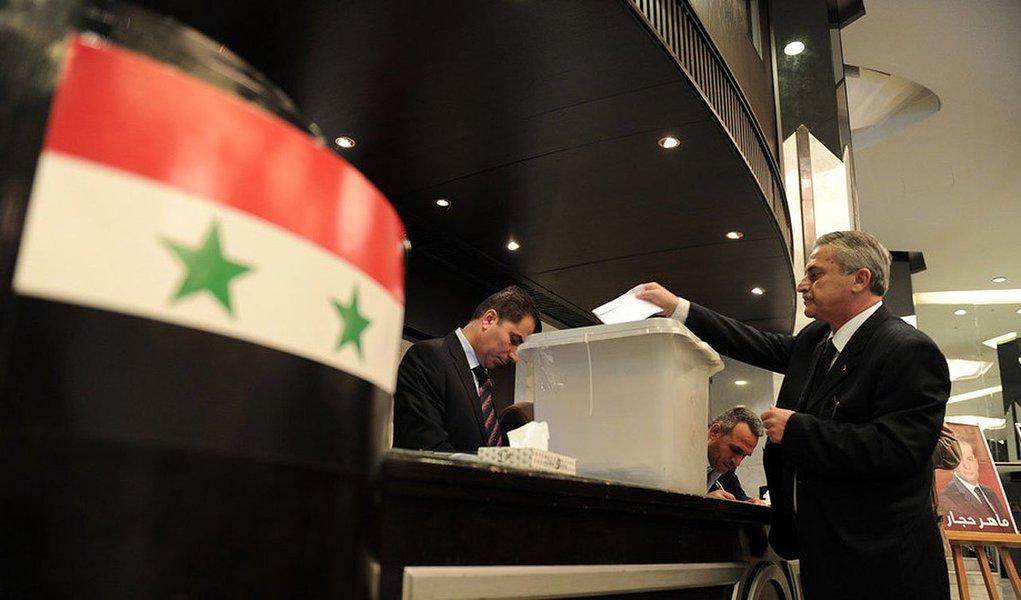 Sírios votaram nesta terça-feira em uma eleição que deve resultar na vitória esmagadora do presidente Bashar al-Assad, em meio a uma guerra civil que dividiu o país e matou mais de 160 mil pessoas;opositores de Assad, incluindo combatentes rebeldes, a oposição política no exílio, potências ocidentais e árabes da região do Golfo Pérsico consideraram a eleição fraudulenta