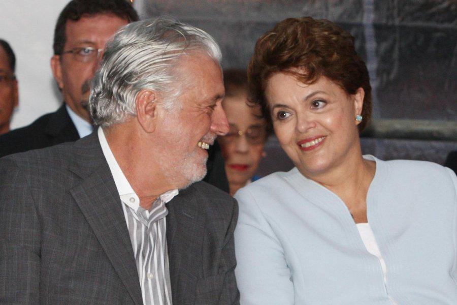 Governador fará visita de cortesia à presidente Dilma Rousseff na praia de Inema, na Base Naval de Aratu, onde ela tira férias desde ontem e, apesar do descanso, eles tratarão de política e na pauta está discussão para que Jaques Wagner seja coordenador da campanha de reeleição da chefe da nação em 2014;é grande também a possibilidade de Wagner voltar à Esplanada dos Ministérios numa possível reeleição de Dilma; ele foi ministro do Trabalho no governo do ex-presidente Lula