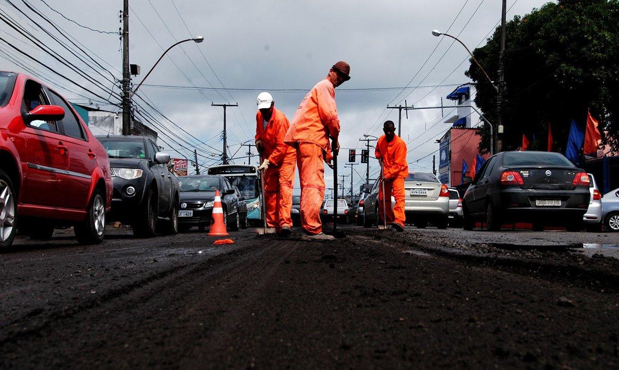 Entre as novas áreas que terão asfalto recuperado estão as avenidas Dorival Caymmi, São Rafael, Luiz Tarquínio, General Graça Lessa (Ogunjá) e Centenário. Novas obras vão ampliar trabalho iniciado em 2013, quando a Prefeitura iniciou requalificação de 31 logradouros, com aplicação de recursos da ordem de R$ 42 milhões; veja lista completa das ruas e avenidas que terão asfalto recuperado