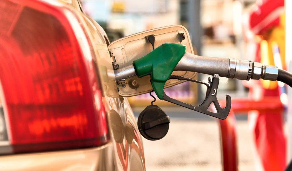 O preço do litro da gasolina comum e do etanolé mais caro em alguns postos de combustíveis no litoral do Paraná. A gasolina écomercializada a R$ 3,129, sendo R$ 0,20 mais cara que em Curitiba. Já o etanol custa R$ 2, 199 nas proximidades das praias, enquanto que o litro na capital paranaense é de R$ 1, 959.