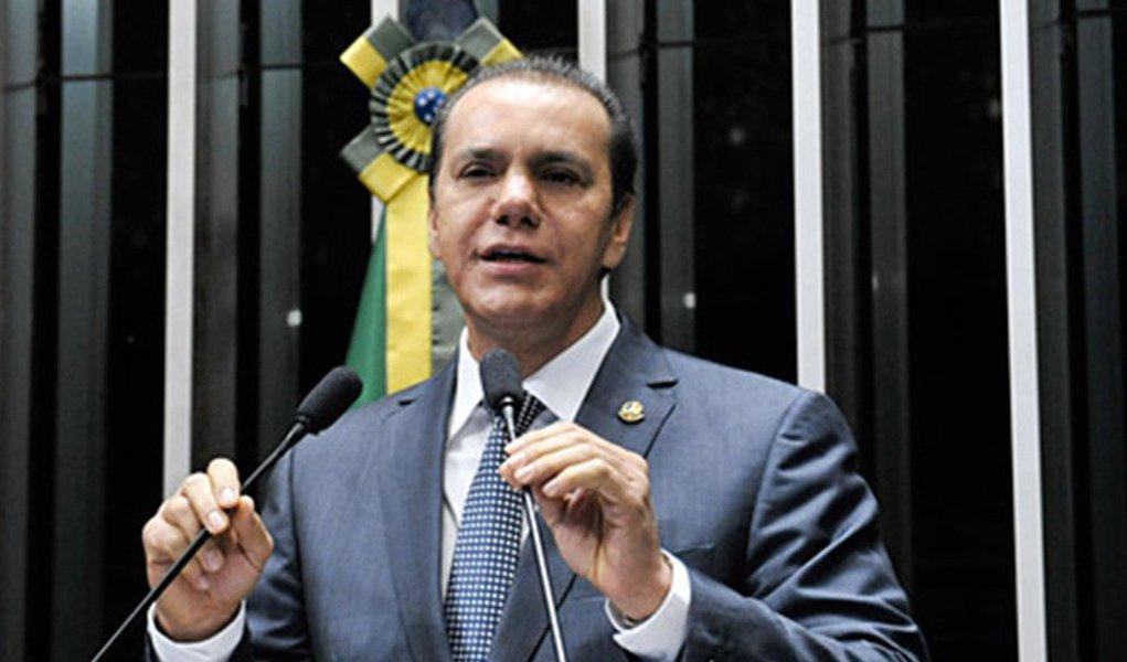 """O senador observou como um fato inusitado o Tocantins ter entre suas principais receitas as transferências do Fundo de Participação dos Estados (FPE); """"Porque a arrecadação própria não passa de R$ 1,4 bilhão ao ano"""", disse o senador;o pré-candidato a governador destacou as renúncias do ex-governador Siqueira Campos (PSDB) e do ex-vice-governador João Oliveira (DEM) e disse que elas decorreram de um """"plano maquiavélico"""", cujo objetivo teria sido assegurar a candidatura do filho do governador anterior, o ex-secretário Eduardo Siqueira Campos (PTB), que pré-candidato a deputado estadual"""