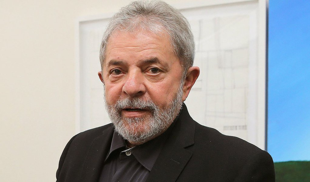 """Ex-presidente Luiz Inácio Lula da Silva afirmou nesta quinta (5), durante palestra num hotel em Porto Alegre, que a inflação no país """"está agora um pouquinho alta"""" e que precisa """"tomar remédio logo""""; ele minimizou críticas feitas à atual condução da política econômica pelo governo da presidente Dilma Rousseff (PT) e ressaltou que a alta de preços tem se mantido dentro da meta durante os governos petistas;Lula também afirmou que um crescimento econômico mais expressivo não é possível """"todo o santo ano"""""""
