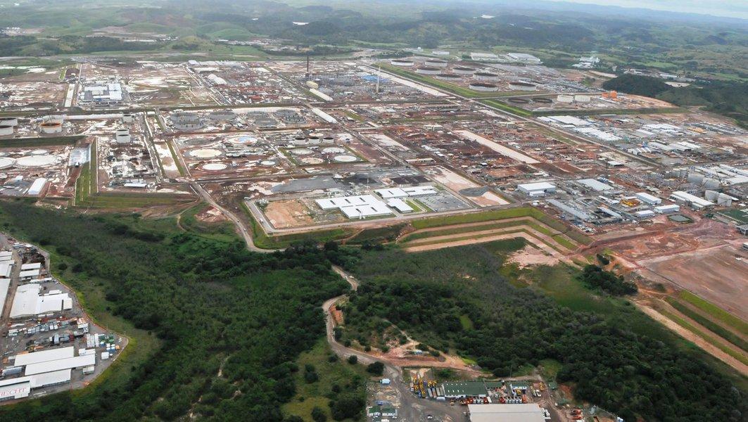 """""""Cada barril de nova capacidade de refino da Refinaria do Nordeste custará cerca de US$ 87 mil à Petrobras, sete vezes mais do que em Pasadena"""", diz o jornalista Jeb Blount, em análise sobre o caso"""