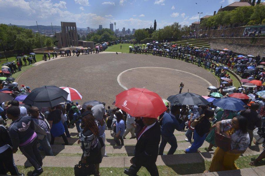 Dezenas de milhares de admiradores lotaram nesta sexta-feira um complexo governamental em Pretória para se despedir de Nelson Mandela;às 7h30 (3h30 em Brasília), 50 mil pessoas esperavam o transporte nos estacionamentos; é possível que nem todas consigam ver o corpo do líder da luta contra o apartheid