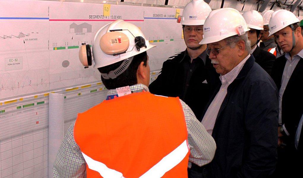 """Equipamento possui 780 metros de extensão e será instalado no bairro Mandacarú, em Jequié; construção evitará desapropriação de mais de 500 imóveis;""""O que se vê na Fiol hoje é um outro ritmo de trabalho, e isso é possível medir pelo faturamento das empresas"""", afirma o ministro dos Transportes, César Borges, se referindo à elevação do faturamento mensal das empresas que trabalham nas obras;com 1.527 quilômetros de extensão, a Ferrovia de Integração Oeste-Leste (Fiol) atravessa 64 municípios entre a Bahia e o Tocantins, sendo 49 só na Bahia;modal estabelecerá comunicação entre os municípios de Ilhéus, Caetité e Barreiras, cruzando o Estado até chegar a Figueirópolis, no Tocantins"""