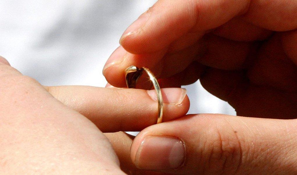 Idade média dos solteiros na data do casamento, que era 26 anos para os homens, em 2002, subiu para 28 anos, em 2012; entre as mulheres, a idade média no dia de núpcias subiu de 23 para 25 anos, segundo levantamento divulgado pelo Instituto