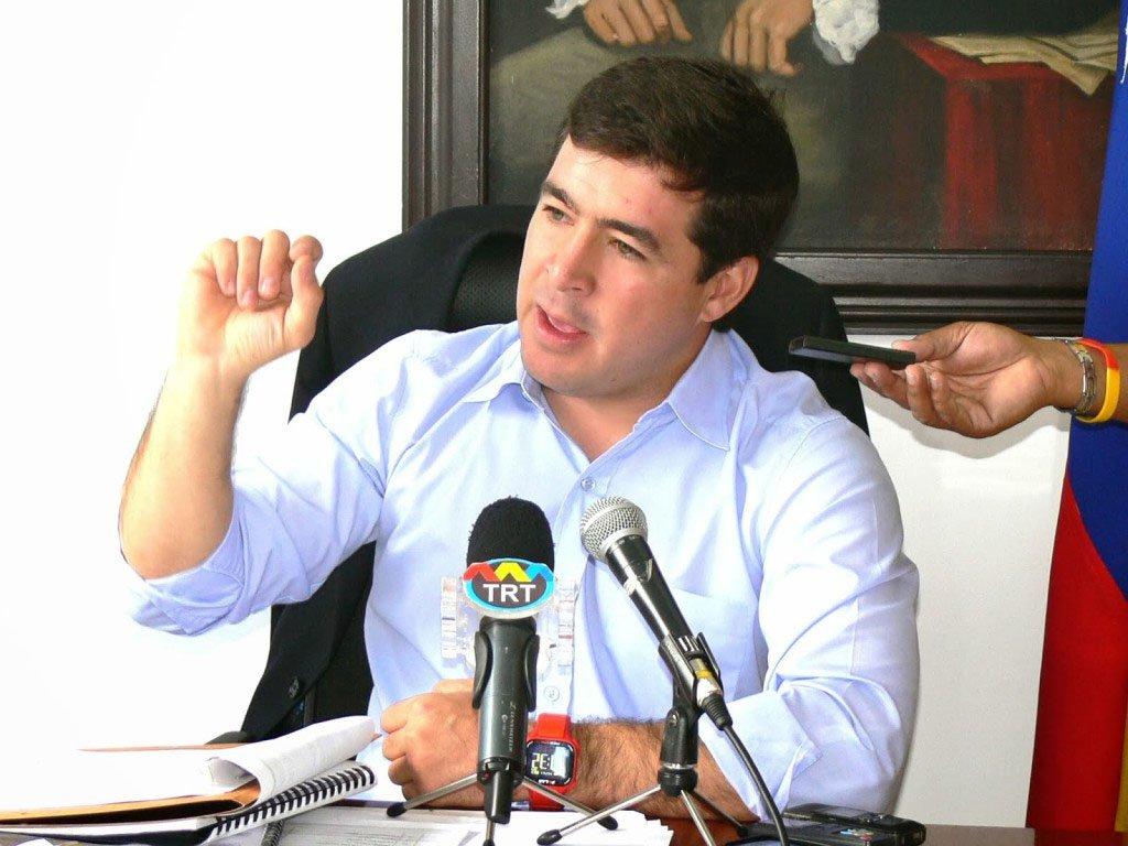 Tribunal Supremo de Justiça do país expediu ordem de prisão contra Daniel Ceballos, prefeito de San Cristóbal, capital do estado de Táchira, sob acusaçãode incitar uma rebelião civil e a violência; a cidade de Ceballos foi onde começaram os protestos estudantis no país;prefeito de San Diego, Vicente Scarano Spisso,também recebeu ordem de prisão; ambos são opositores ao governo de Nicolás Maduro