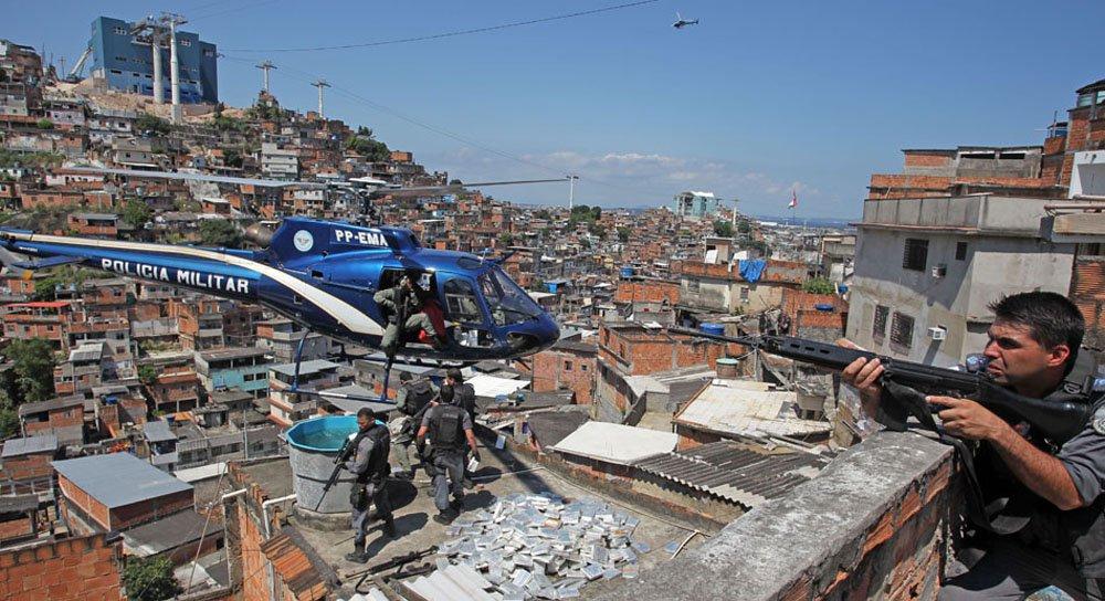 Movimentação de policiais durante a invasão da favela da Grota no Complexo do Alemão. 28/11/2010. Foto: Wilton Júnior/AE
